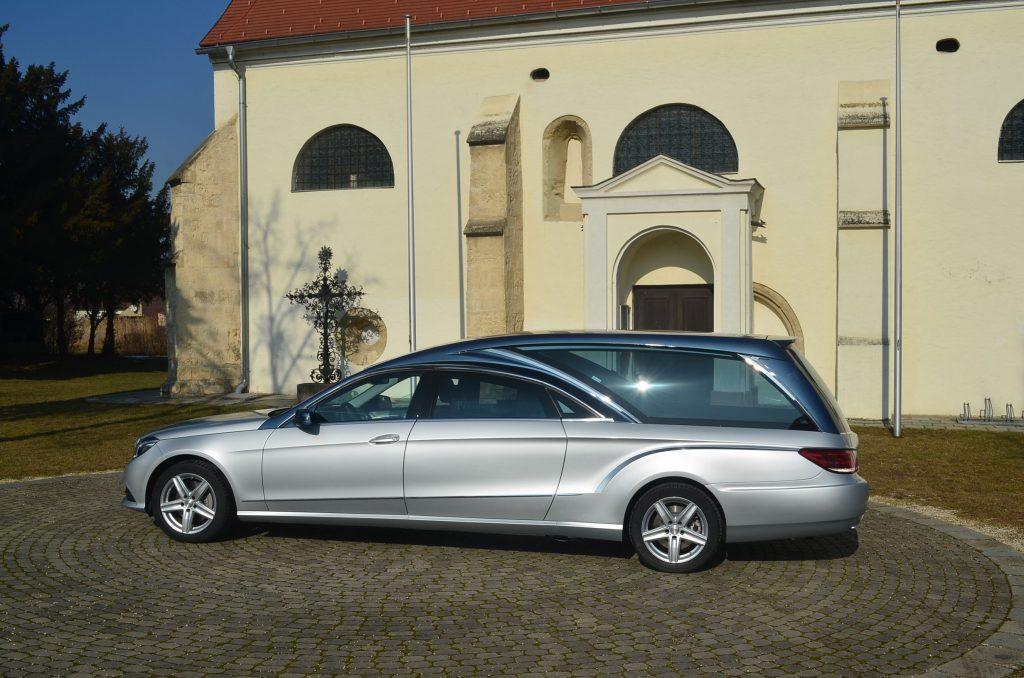 silberner Mercedes Leichenwagen